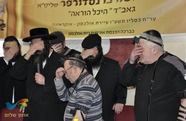75 שנה לאחר השואה • 12 יהודים מהעיר אולבסק שבאוקראינה החלו לראשונה להניח תפילין