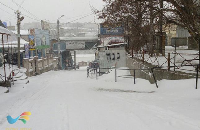 הלילה (שני) החל לרדת שלג כבד באומן – הַנֹּתֵן שֶׁלֶג כַּצָּמֶר כְּפוֹר כָּאֵפֶר יְפַזֵּר