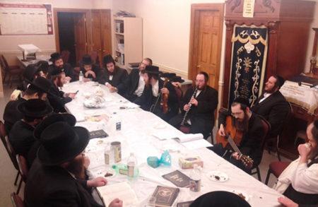 """בליל שישי מתאספים לשירה חסידי ברסלב בבית הכנסת ברסלב בקרית יואל ארה""""ב"""