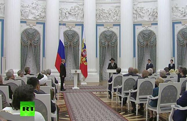 היסטוריה: ולדימיר פוטין העניק אות כבוד לרב בערל לאזאר, רבה הראשי של רוסיה