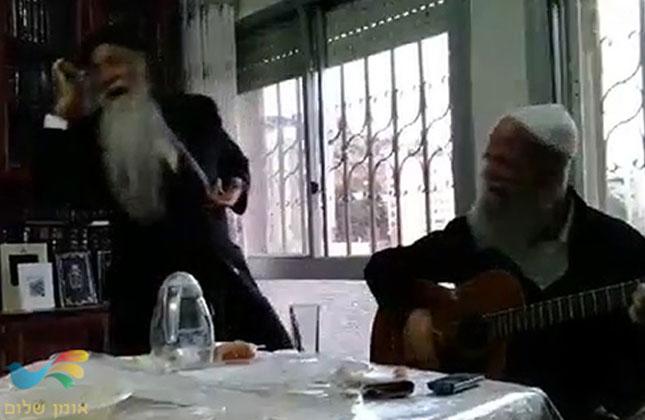 ר' דניאל דיין רוקד את ריקוד ה'בעטלר' בשמחת השבע ברכות של ר' ישראל דגן