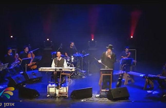 הזמרים שולי רנד ואהרן רזאל שרים בהופעה חיה את הניגון מתורתו של רבינו