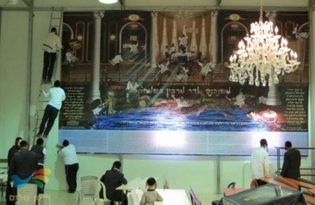 לכבוד חג הפורים הבא נתלו שלטי ענק בבית הכנסת 'אנשי הצדיק'
