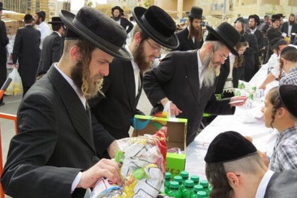 חלוקת 'קמחא דפסחא' בבית הכנסת 'אנשי הצדיק' בבית שמש