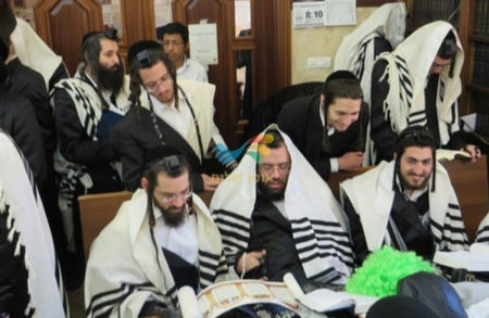 """קריאת המגילה בבית הכנסת ברסלב """"כולל חצות"""" בביתר עילית"""