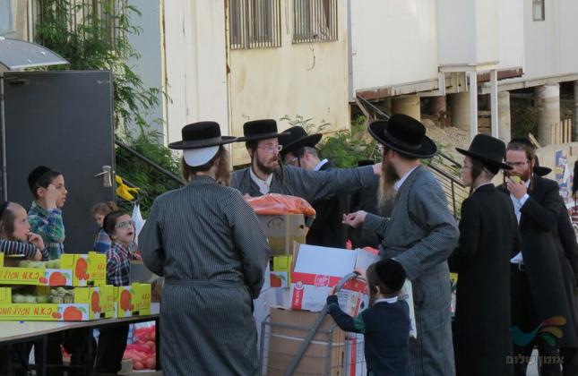 חלוקת קמחא דפסחא בקהילת 'אנשי הצדיק' בבית שמש לרפואת המשפיע