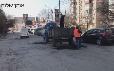 צפו בתיקון הכבישים ברחוב פושקינה סמוך לציון רבינו הק' באומן