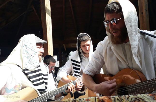 """בכלי נגינה מכל הסוגים כך התפללו החברים את תפילות חוה""""מ במושב כדתיא"""
