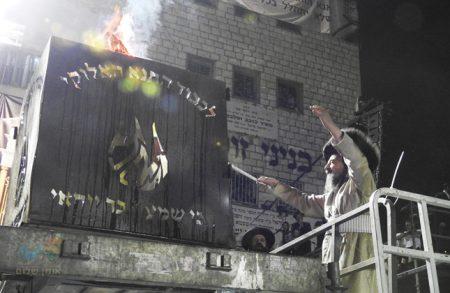 """מעמד ההדלקה בקהילת """"קרן אור"""" בראשות הרה""""צ רבי יעקב מאיר שכטער שליט""""א"""