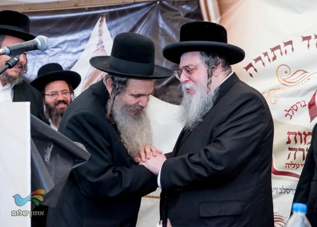 הרב קיוואק והרב ארוש בכניסה למעמד