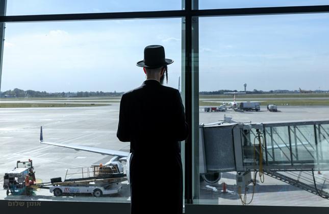 """בזכות אריה דרעי: שר הביטחון אישר יציאה לחו""""ל לנוסעים לאומן לעד עשרה ימים"""
