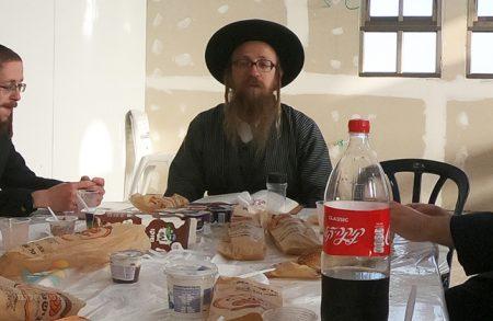 """סעודת ראש חודש אלול לאחר תפילת ותיקין בביהמ""""ד אנשי הצדיק בית שמש"""