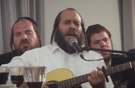 בְּמוֹצָאֵי יוֹם מְנוּחָה: ר' מרדכי גוטליב והחברים שרים קרליבך בקומזיץ מרגש