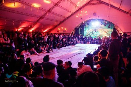 צפו בריקודים והשמחה עם האלפים במוצאי ראש השנה באומן