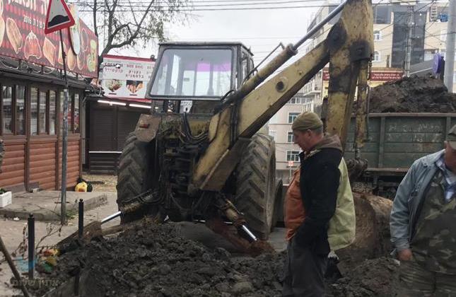אומן: עבודות חפירה להחלפת צינור מים שהתפוצץ בכיכר פושקינה באומן