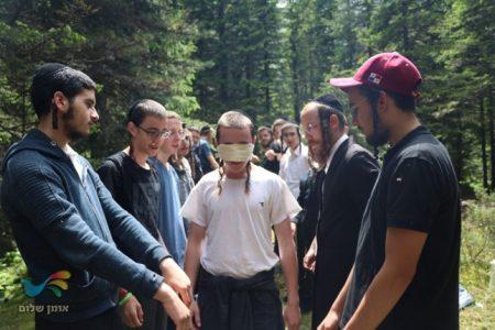 תלמידי ישיבת ברסלב במסע הישרדות בהרי הקרפטים • צפו בתיעוד