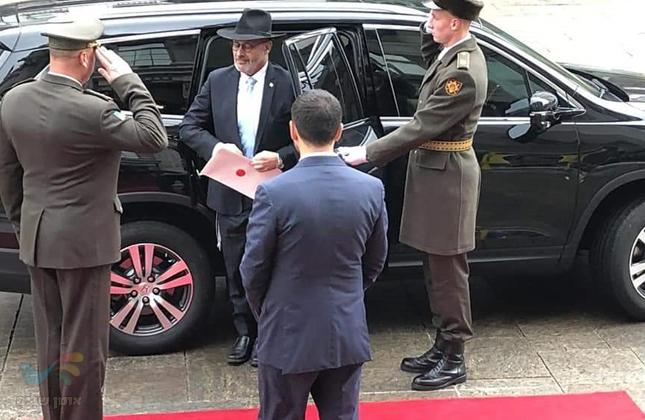 עם כובע, חליפה וציצית בחוץ: כך נכנס שגריר ישראל באוקראינה לתפקידו הרשמי