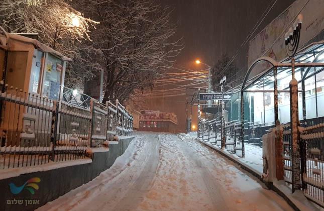 אומן בלבן • צפו בתמונות הערב מהשלג הכבד שכיסה את רחובות אומן