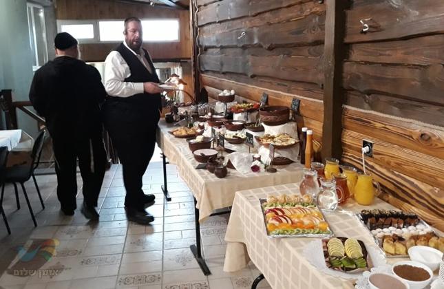 מלון וי אומן מארחת את איש החסד ומלך הקומזיצים ר' חונה דייטש • צפו