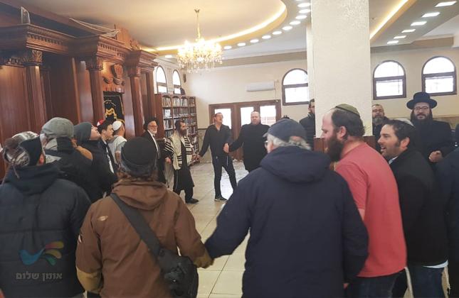 היורש של ר' שלמה קרליבך הרב שלמה כץ וקבוצה מאפרת הגיעו לשאת תפילה באומן