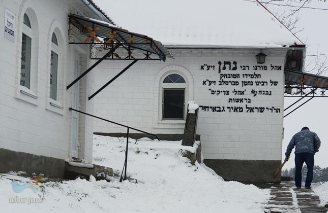 """ברסלב בלבן • תיעוד היום מקברו של מורינו רבי נתן מברסלב זי""""ע בעיירת ברסלב"""