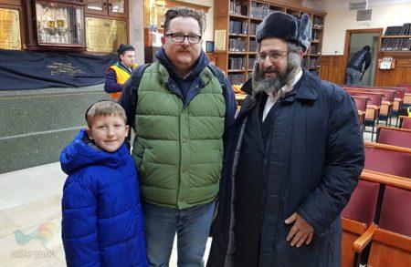 """נכרי מארה""""ב הביא את בנו לפני גיל 7 לומר את התיקון הכללי בציון רבינו באומן"""