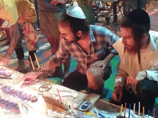חסידי ברסלב בהודו ובמזרח הרחוק מאירים את נשמות הישראלים באור החנוכה