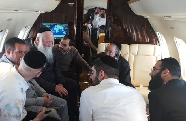 """רבי יצחק דוד גרוסמן שליט""""א ומקורביו הגיעו להילולת מוהרנ""""ת במטוס פרטי"""