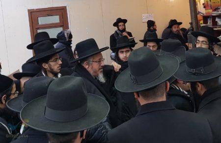 """אומן: רבי יוסף מוגרבי שליט""""א עם עשרות תלמידיו בקברו של רבי נחמן מברסלב"""