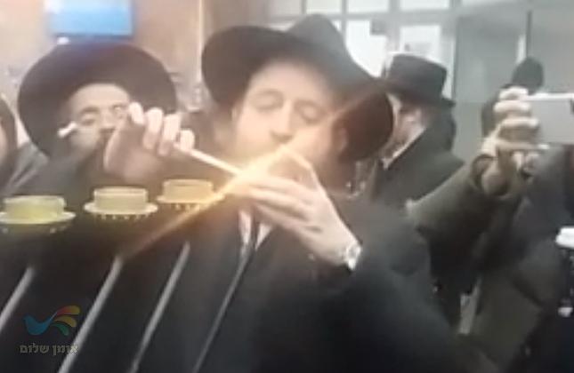 """הדלקת נרות חנוכה וריקודים סוערים עם שליח חב""""ד בשדה התעופה בויניצה"""