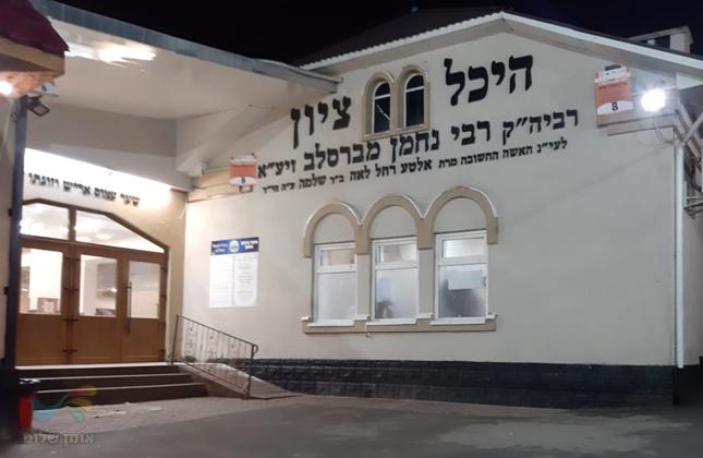 בכניסה לציון הוצב שלט המתאר הבטחתו הנוראה של רבינו הק' בארבע שפות שונות