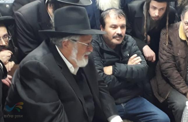 הנגיד הרב יעקב קליין ומאות מנחמים את משפחת קעניג היושבת שבעה בצפת