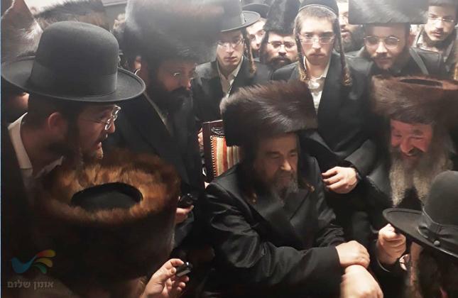 """הרה""""צ רבי יעקב מאיר שכטער בניחום אבלים אצל משפחת קעניג האבלה"""