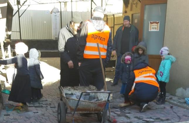 עובדי 'איחוד ברסלב באומן' מתקנים את נזקי החורף שנוצרו בעקבות השלגים