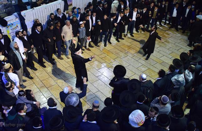 """מאות חסידי ברסלב עלו לציון הרשב""""י במירון לרגל הילולת משה רבינו • צפו"""