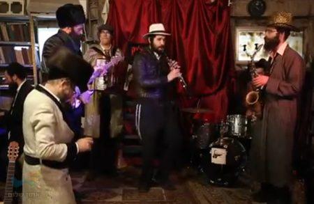 """חבורת המוזיקאים ושאר החברים של """"יאפצ'יק כלייזמר"""" בקטע מיוחד לפורים"""