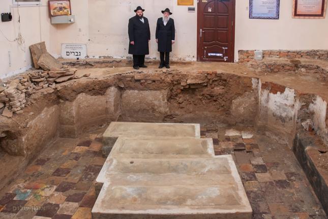 """תגלית היסטורית • נחשפה מצבתו המקורית של רבי לוי יצחק מברדיטשוב זי""""ע ובניו"""