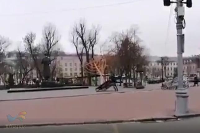 אנטישמיות באוקראינה: הפיל חנוכייה שהוצבה במרכז קייב ותיעד את מעשיו בלייב