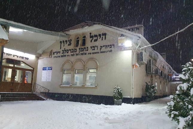 צפו בשלג הלבן המכסה את הרחובות הסמוכים לציון רבי נחמן מברסלב באומן